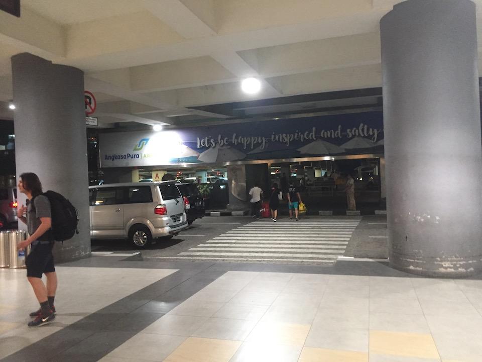 デンパサール空港 脱出 立体駐車場 徒歩