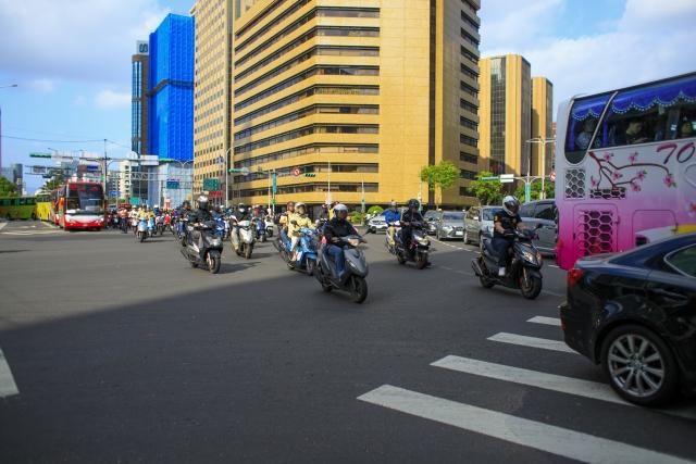 台北旅行 注意 交通 ルール 事故 歩きスマホ